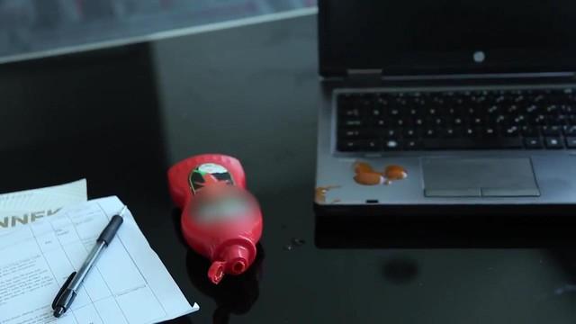 Vết bẩn khó chịu trên laptop, làm sao xử lý? - Ảnh 2.