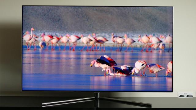 """Là sản phẩm TV cao cấp đầu tiên kích cỡ """"nhỏ'' đầu tiên trên thị trường. Sự có mặt của Samsung QA49Q7F đã thực sự giải được cơn khát cho nhu cầu TV cao cấp kích cỡ nhỏ."""