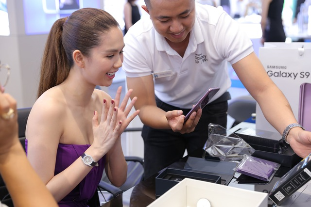 Là iFan 8 năm qua nhưng hôm nay Ngọc Trinh lại đi mua Galaxy S9+ - Ảnh 4.