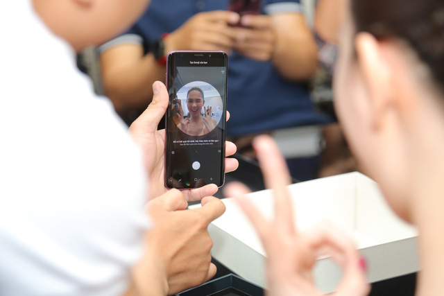 Là iFan 8 năm qua nhưng hôm nay Ngọc Trinh lại đi mua Galaxy S9+ - Ảnh 5.