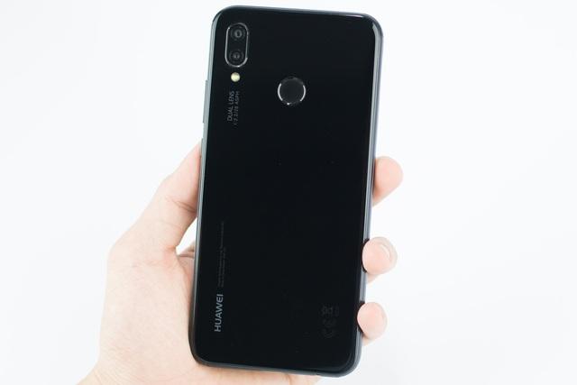 Huawei Nova 3e sở hữu ngôn ngữ thiết kế kính và kim loại vốn chỉ có trên những chiếc flagship đắt tiền bởi sự sang trọng và cao cấp mà nó mang lại. Đối với chiếc máy có giá chỉ từ 6 triệu đồng mà sở hữu thiết kế kính và kim loại là thế mạnh giúp Nova 3e nổi bật hơn so với các đối thủ trong tầm giá.