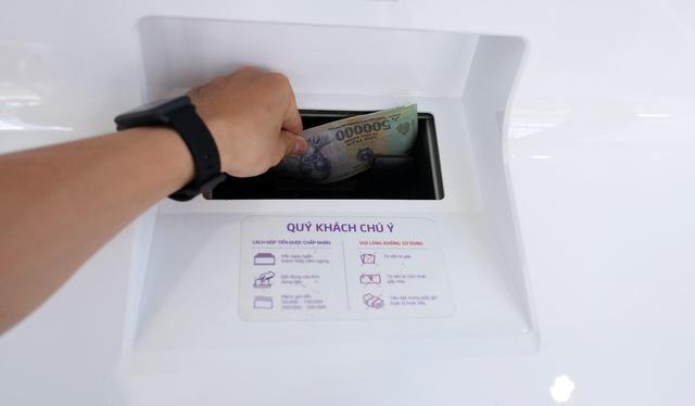 Nộp/ rút tiền bất cứ khi nào muốn với chiếc máy này, bằng thẻ ATM, CMND hay hộ chiếu