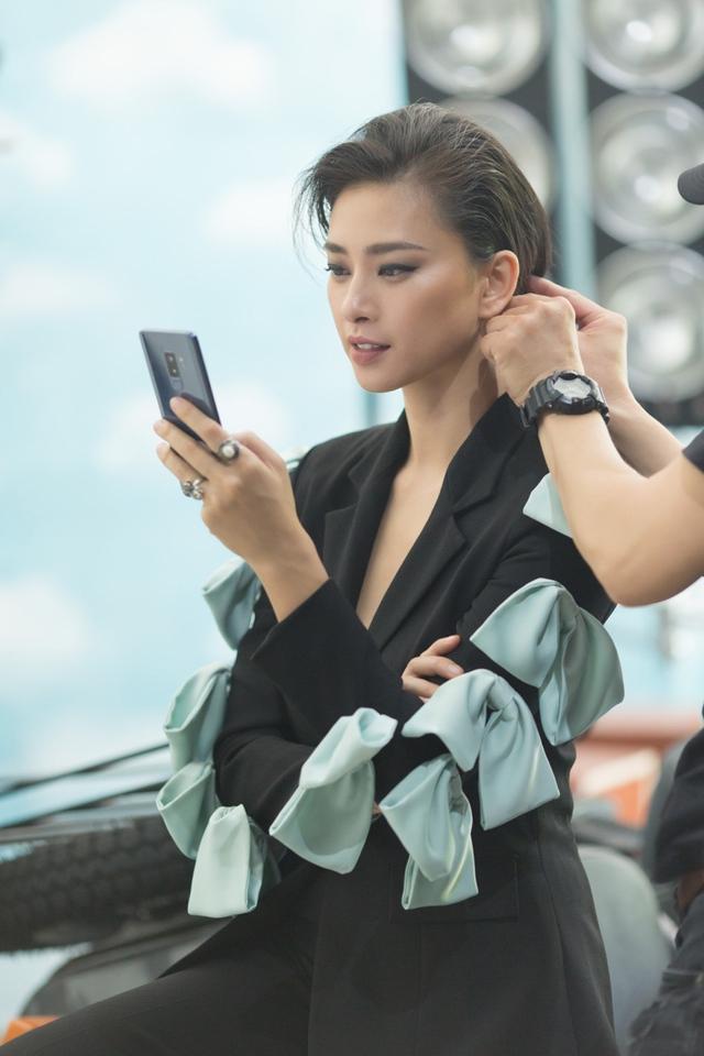 """Galaxy S9+ là phụ kiện thời trang tôn thêm dáng vẻ sành điệu, thời thượng cho """"chủ nhân"""" mỗi khi cầm trên tay."""