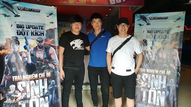 Tiền Zombie V4 (trái), Pino N.T.K (phải) cùng trải nghiệm chế độ sinh tồn trong game Đột Kích ngày 26/6 vừa qua.
