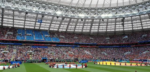 Đi xem bóng đá mà không chụp lại những khoảnh khắc đẹp thì quá đáng tiếc - Ảnh 1.