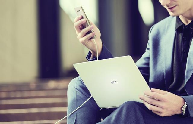 Xu hướng laptop thời thượng: Công nghệ song hành cùng thời trang - Ảnh 1.