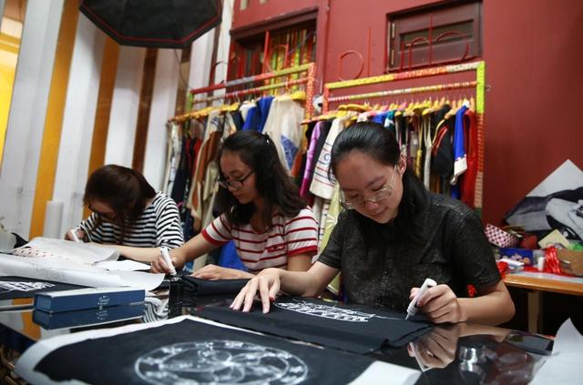 Học thiết kế thời trang vì yêu… môi trường, nữ sinh Amser nhận học bổng trăm triệu đồng - Ảnh 1.