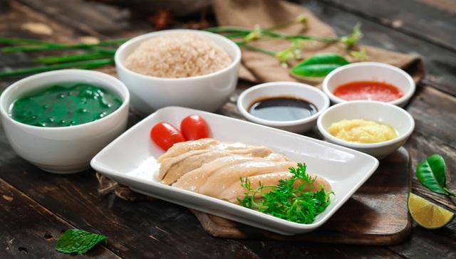 Khám phá món cơm gà Hải Nam ngon hơn cả bản gốc tại Singapore - Ảnh 2.