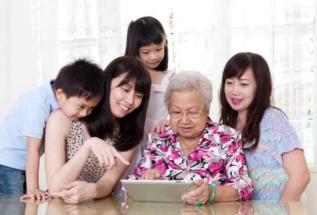 Gia đình sống cùng công nghệ - Ảnh 2.