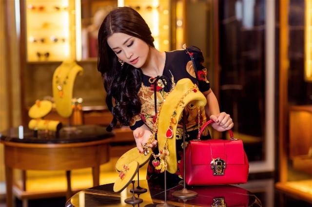 Đông Nhi hoá quý cô hàng hiệu sang chảnh với Dolce Gabbana - Ảnh 4.