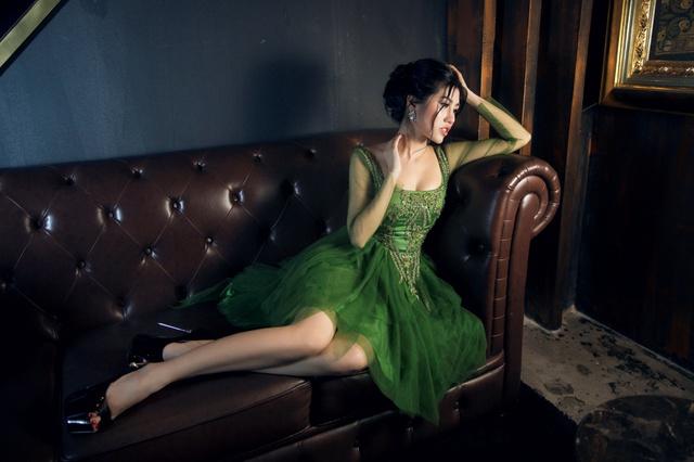 Người đẹp Emily Hồng Nhung đầy ma mị trong trang phục dạ hội mang phong cách châu Âu - Ảnh 13.