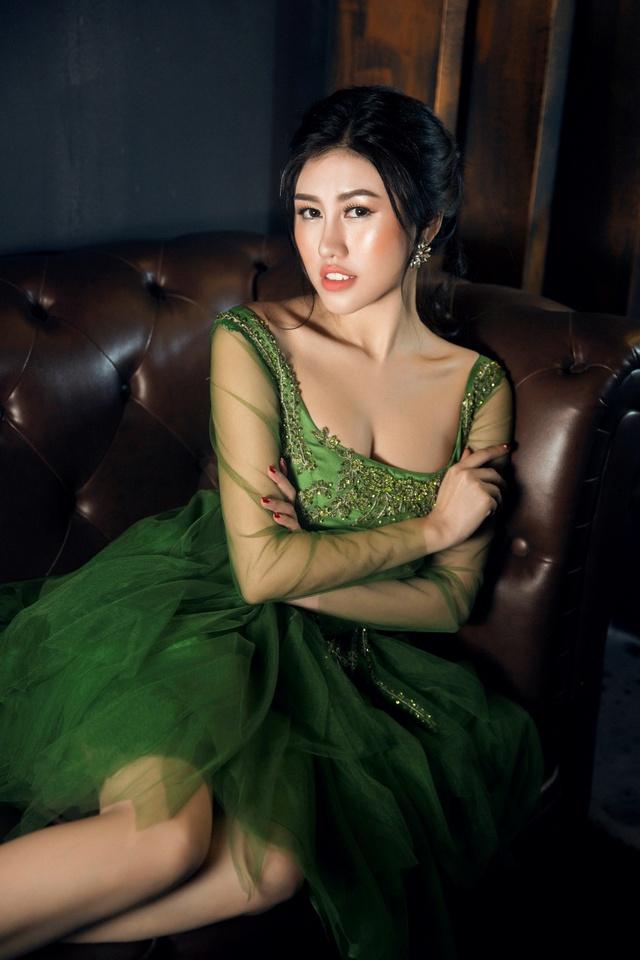 Người đẹp Emily Hồng Nhung đầy ma mị trong trang phục dạ hội mang phong cách châu Âu - Ảnh 14.