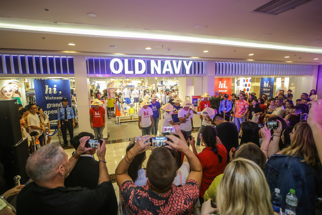Minh Hằng nổi bật ngày khai trương cửa hàng Old Navy đầu tiên tại Việt Nam - Ảnh 6.