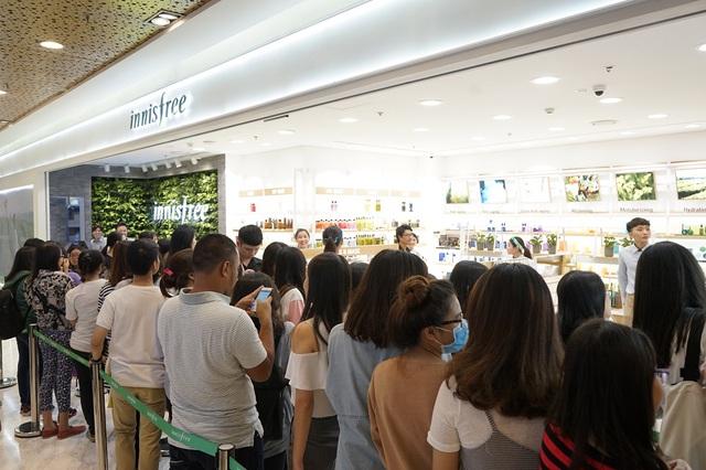 Bích Phương, Quỳnh Anh ghé thăm cửa hàng mỹ phẩm cực hot tại Sài Gòn - Ảnh 1.