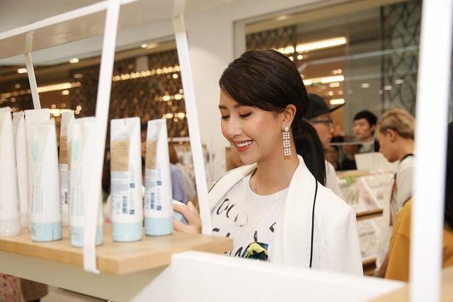 Bích Phương, Quỳnh Anh ghé thăm cửa hàng mỹ phẩm cực hot tại Sài Gòn - Ảnh 5.