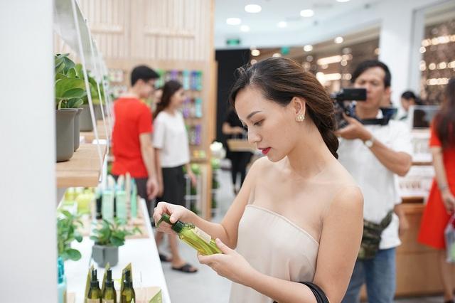 Bích Phương, Quỳnh Anh ghé thăm cửa hàng mỹ phẩm cực hot tại Sài Gòn - Ảnh 6.