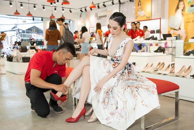 Ngắm Diễm My 9X, Angela Phương Trinh sang chảnh khi diện giày thương hiệu Việt - Ảnh 4.