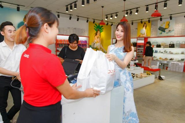 Ngắm Diễm My 9X, Angela Phương Trinh sang chảnh khi diện giày thương hiệu Việt - Ảnh 14.