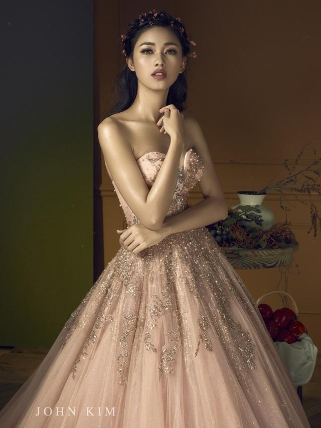 Á hậu Thanh Tú, Thụy Vân lạc vào xứ sở thần tiên với BST váy cưới cổ tích tuyệt đẹp - Ảnh 7.