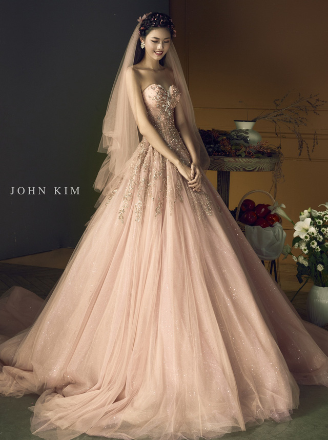 Á hậu Thanh Tú, Thụy Vân lạc vào xứ sở thần tiên với BST váy cưới cổ tích tuyệt đẹp - Ảnh 8.