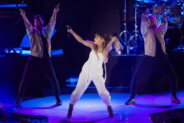 "Cơ hội nhận vé liveshow ""Dangerous Woman Tour"" của Ariana Grande tại Việt Nam - Ảnh 2."