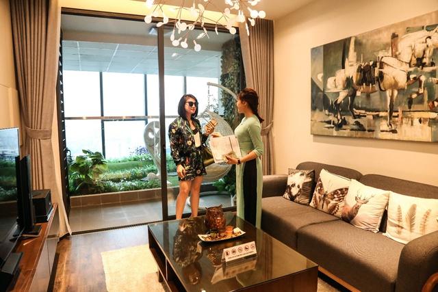 Khách hàng hài lòng đánh giá cao phong cách thiết kế hiện đại, thân thiện với môi trường khi tham quan căn hộ mẫu dự án GoldSeason.