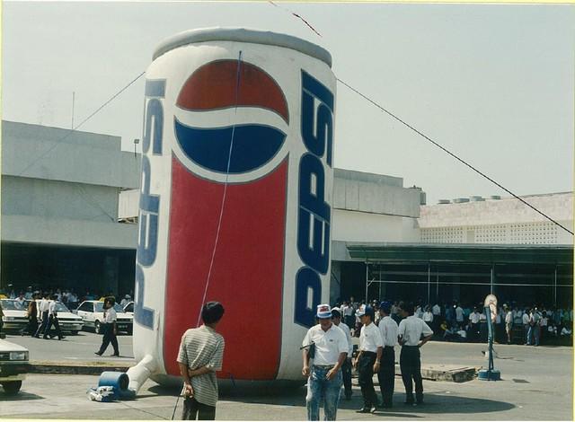 Mô hình quảng cáo lon Pepsi Thứ nhất ở Việt Nam được đặt ở sân bay Tân Sơn Nhất.