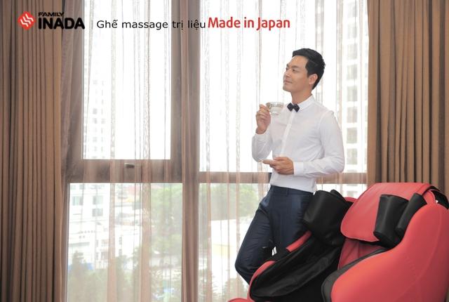 MC Phan Anh bắt đầu ngày mới bên ghế massage Inada.