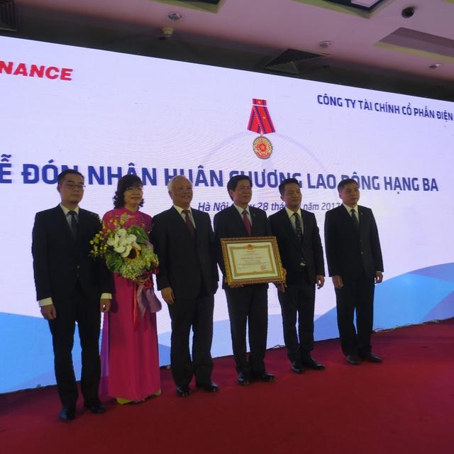 Phó Chủ tịch Quốc hội Uông Chu Lưu đã trao Huân chương Lao động hạng Ba cho EVNFinance.