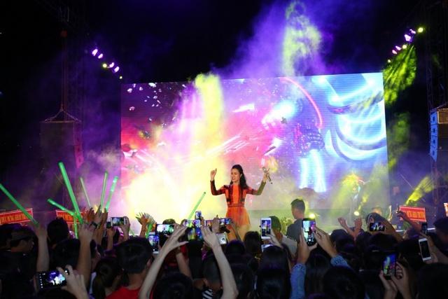 """Đông Nhi với sự yêu mến của khán giả trong buổi ra mắt MV """"We are Coco""""."""