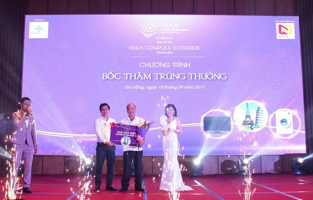Ông Nguyễn Đức Tâm – Chủ tịch HĐQT kiêm Tổng GĐ Nhất Nam Land trao giải đặc biệt cho khách hàng may mắn.