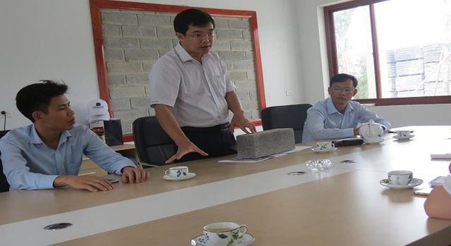 Ông Đặng Việt Lê - Chủ tịch HĐQT giới thiệu sản phẩm cho khách thăm quan nhà máy.