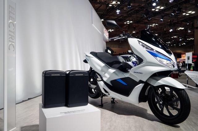 Honda PCX chạy điện với pin tháo lắp nhanh nằm dưới yên.