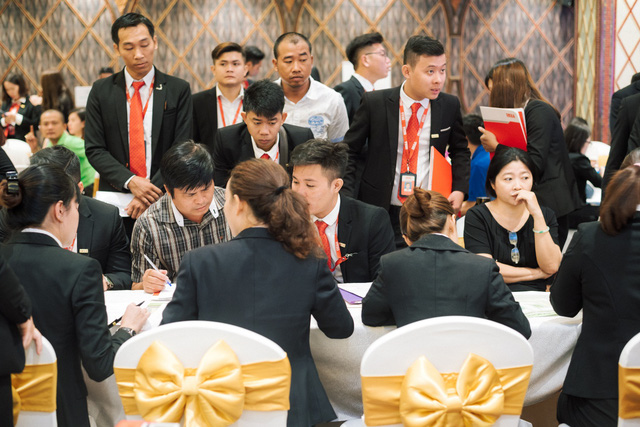 Khách hàng mau chóng chọn lọc chọn nền trong buổi trình làng dự án vào ngày 12/11 vừa qua.