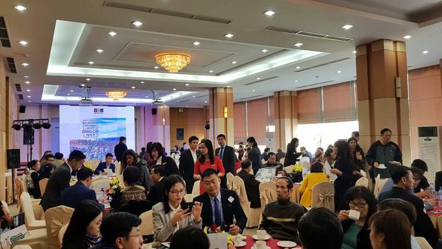 Khách hàng lắng nghe thuyết trình và tư vấn trực tiếp về cơ hội đầu tư tại dự án.