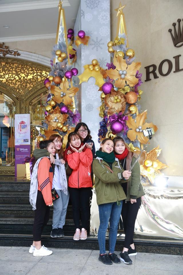 Nhiều bạn trẻ háo hức chụp ảnh tại TTTM Tràng Tiền.