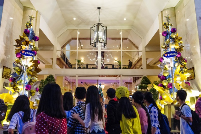 Giới trẻ Sài Gòn bị thu hút bởi trang trí độc đáo trước sảnh khách sạn Rex.