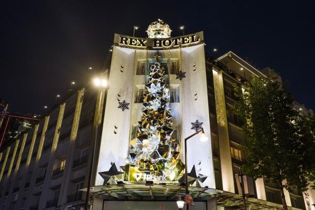 TTTM Tràng Tiền Plaza và khách sạn Rex vào buổi tối.