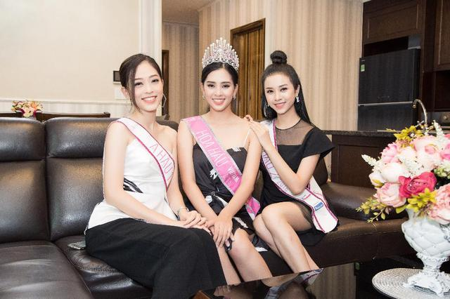 """Top 3 Hoa Hậu Việt Nam 2018 trở lại """"Ngôi nhà chung"""" Léman Luxury Apartments trước khi chia tay nhau - Ảnh 2."""