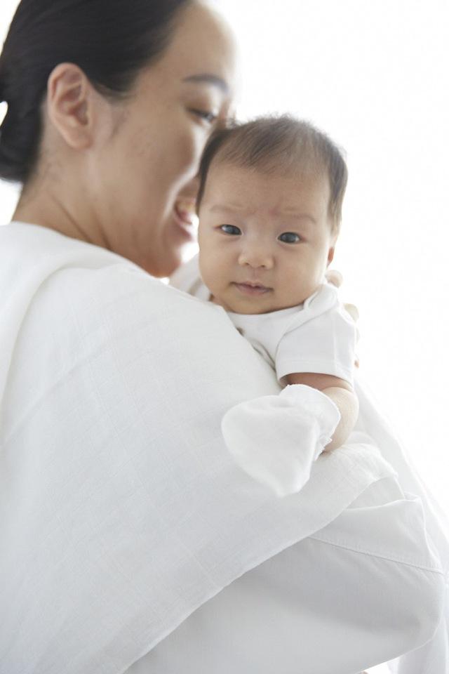 Vì sao các bà mẹ Thái Lan đều chọn khăn đơn sắc cho bé? - Ảnh 1.