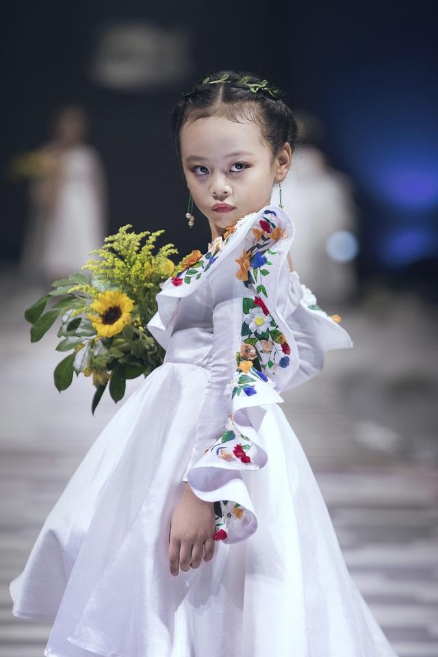 Mẫu nhí biến hóa đa dạng tại tuần lễ thời trang trẻ em Việt Nam - Ảnh 3.