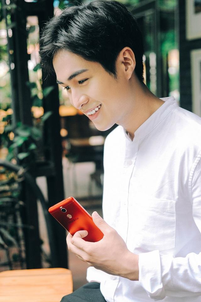 Hotboy FapTV xuất hiện cuốn hút bên smartphone selfie màu đỏ sang chảnh - Ảnh 2.