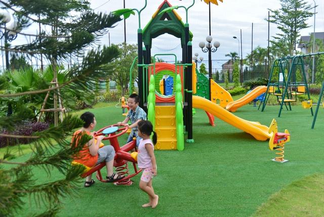 Tại Sunny Garden City, 1 số bậc phụ hunh hoàn toàn yên tâm khi con cái mình có nhiều không gian vui chơi, khám phá và đặc thù an toàn.