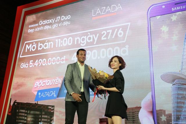 Đại diện Lazada và Samsung bắt tay nhau trong buổi ra mắt Galaxy G7 Duo