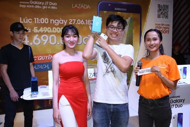 Lazada tiếp tục tung deal chớp nhoáng bán Galaxy J7 Duo giá 4,69 triệu đồng - Ảnh 1.
