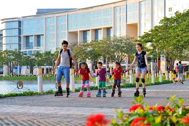Phố tản bộ Hồ Bán Nguyệt là 1 trong các khu vực lôi kéo nhiều người dân đến từ 1 số nơi trong đô thị và là phân khúc tiềm năng cho 1 số công ty kinh doanh lĩnh vực F&B.