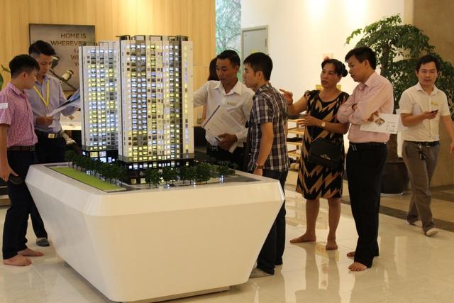 Khách hàng chiêm ngưỡng căn hộ cao tầng mẫu Anland để có cảm nhận chân thực nhất về tổ ấm Xanh An Lành.