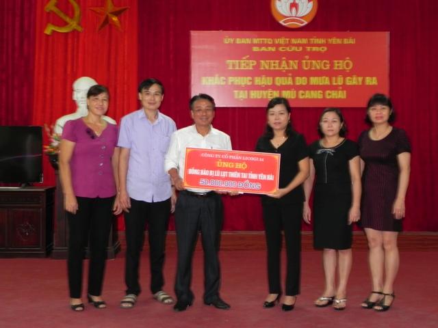 Chủ tịch HĐQT- Tổng giám đốc thay mặt Công ty ủng hộ đồng bào bị hậu quả do mưa lũ gây ra ở huyện Mù Cang Chải - Yên Bái.