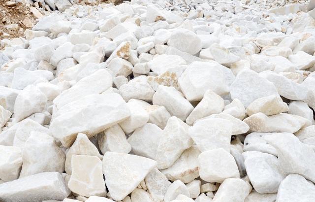 Đá được khai thác, chọn lọc từ mỏ dạng đá cục.