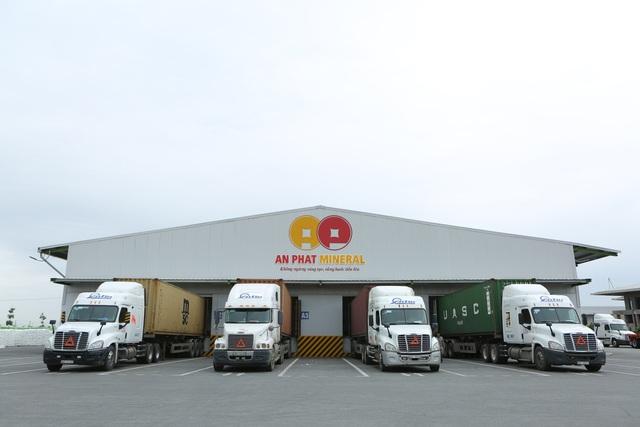 Rồi được vận chuyển ra cảng Hải Phòng qua hệ thống xe của An Tín Logistics.